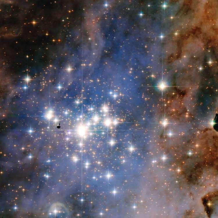 Het cluster Trumpler 14. Als je goed kijkt, zie je helemaal onder aan de afbeelding een schokgolf, veroorzaakt door een jonge ster. Afbeelding: NASA / ESA / Jesús Maíz Apellániz (Instituto de Astrofisica de Andalucia)