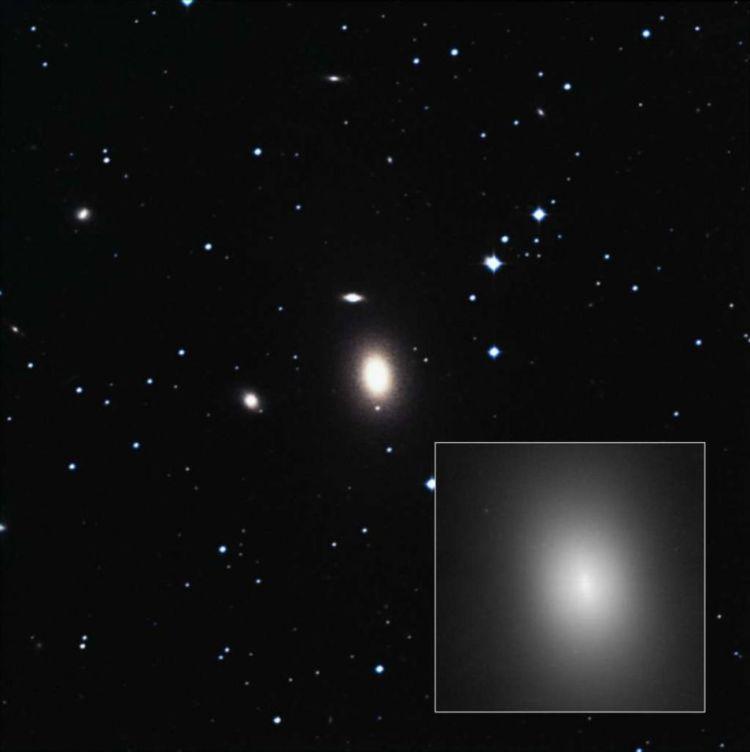 Een Hubble-foto van NGC 1600. Een vergroting van het sterrenstelsel is te zien in het kader.