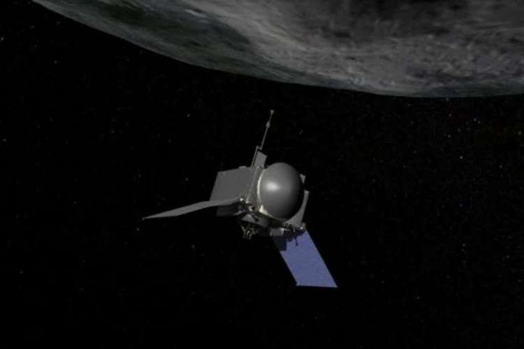 Wanneer OSIRIS REx het oppervlak van Bennu nadert om materiaal van het oppervlak te halen, zullen de zonnepanelen van het ruimtevaartuig een V-vorm aannemen. Dit om te voorkomen dat stof op de zonnepanelen terecht komt. Afbeelding: NASA / Goddard / Chris Meaney.