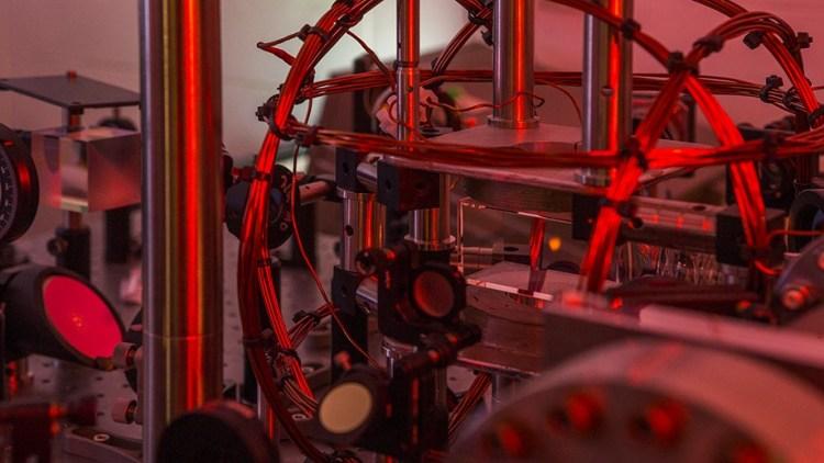 Rechts van het centrum zie je een kleine rode 'wolk': het Bose-Einsteincondensaat. Afbeelding: Stuart Hay / ANU.