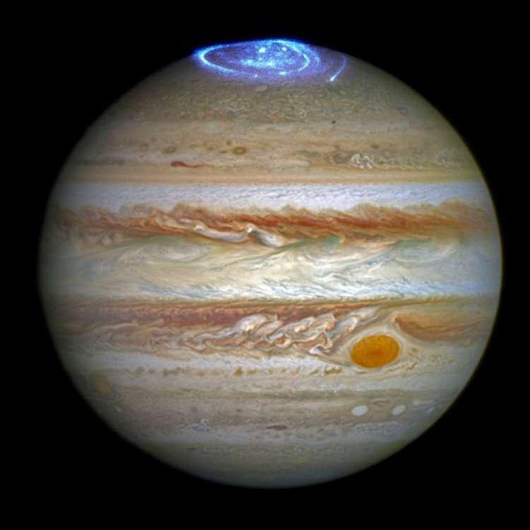 Deze foto is eigenlijk een combinatie van twee observaties. Eerst maakte Hubble (in zichtbaar licht) een foto van Jupiter. Vervolgens maakte de ruimtetelescoop in ultraviolet licht een foto van het poollicht. Die twee beelden werden vervolgens gecombineerd. Afbeelding: NASA / ESA.