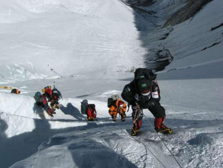 In 1953 bereikten Edmund Hillary en Tenzing Norgay als eersten de top van de Mount Everest. In die tijd waren er jaarlijks maar enkele bergbeklimmers die een poging waagden. Dat is vandaag de dag wel anders. In 2012 probeerden meer dan 900 bergbeklimmers de top te bereiken.