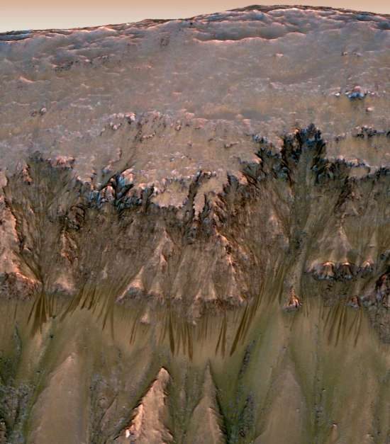 Recurring Slope Lineae in een krater op Mars. Afbeelding: NASA / JPL-Caltech / Univ. of Arizona.