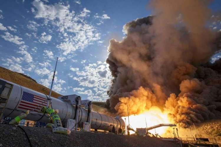 De raketmotor in actie tijdens de laatste test. Afbeelding: NASA / Bill Ingalls.