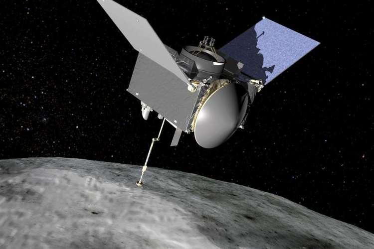 Ruimtesonde OSIRIS-REx in actie nabij het oppervlak van planetoïde Bennu. Afbeelding: NASA.