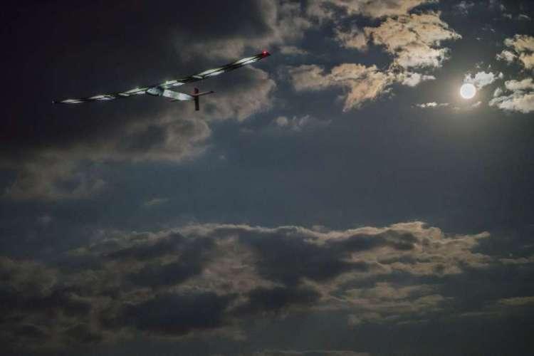 Het zonnevliegtuig in volle glorie. Het vliegtuig weegt minder dan 2300 kilo en de vleugels zijn langer dan die van een Boeing 747. Afbeelding: Solar Impulse.