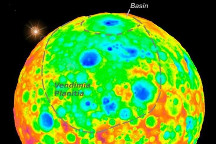 Op deze afbeelding zie je de grootste krater van Ceres: het Kerwan-bekken. Het bekken ligt in een cirkelvormige laagvlakte: mogelijk was dit ooit één van de grootste kraters van Ceres, maar is deze door geologische en interne processen vrijwel onherkenbaar geworden. Afbeelding: NASA / JPL-Caltech / UCLA / MPS / DLR / IDA.