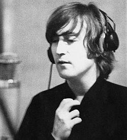 John Lennon tijdens een opnamesessie voor het album Revolver.