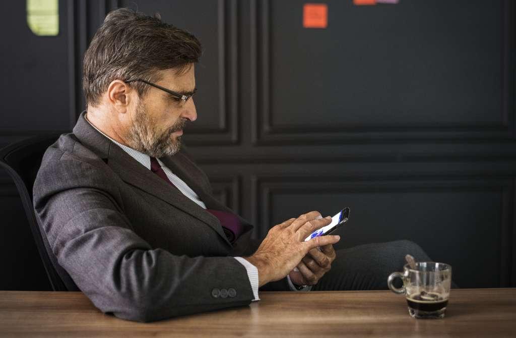 We zijn 'geprogrammeerd' om continu op onze telefoon te kijken. Dat onze telefoon zo'n aantrekking