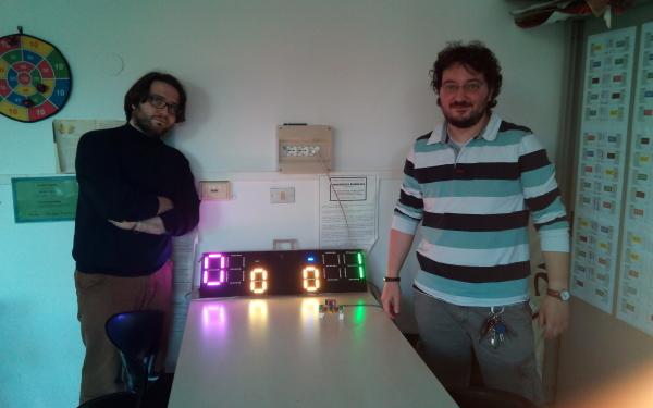 Io e Michele Pirola insieme al luminosissimo tabellone segnapunti.