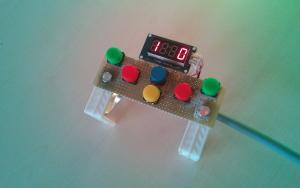 Mini controller con Display. Può essere attaccato alla cintura e consente di tenere sotto controllo e modificare i punteggi.