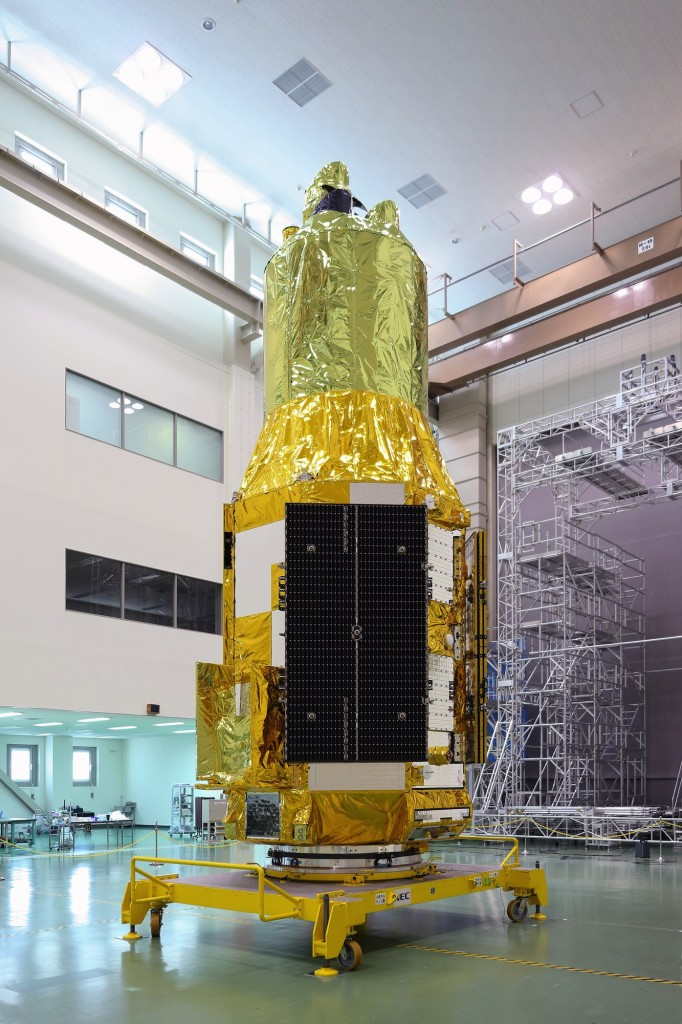 Il satellite ASTRO-H mostrato ai media
