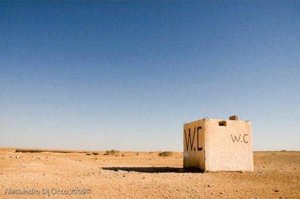 n W.C. in pieno deserto, un posto per me nel mondo - a toilette in the desert