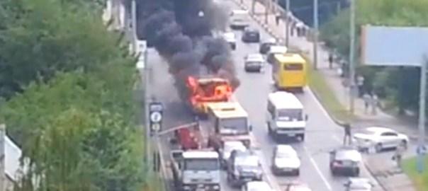 c'è un veicolo in fiamme che causa disagi
