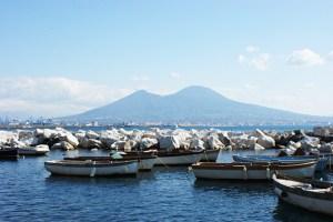 Veduta del Vesuvio da via Caracciolo
