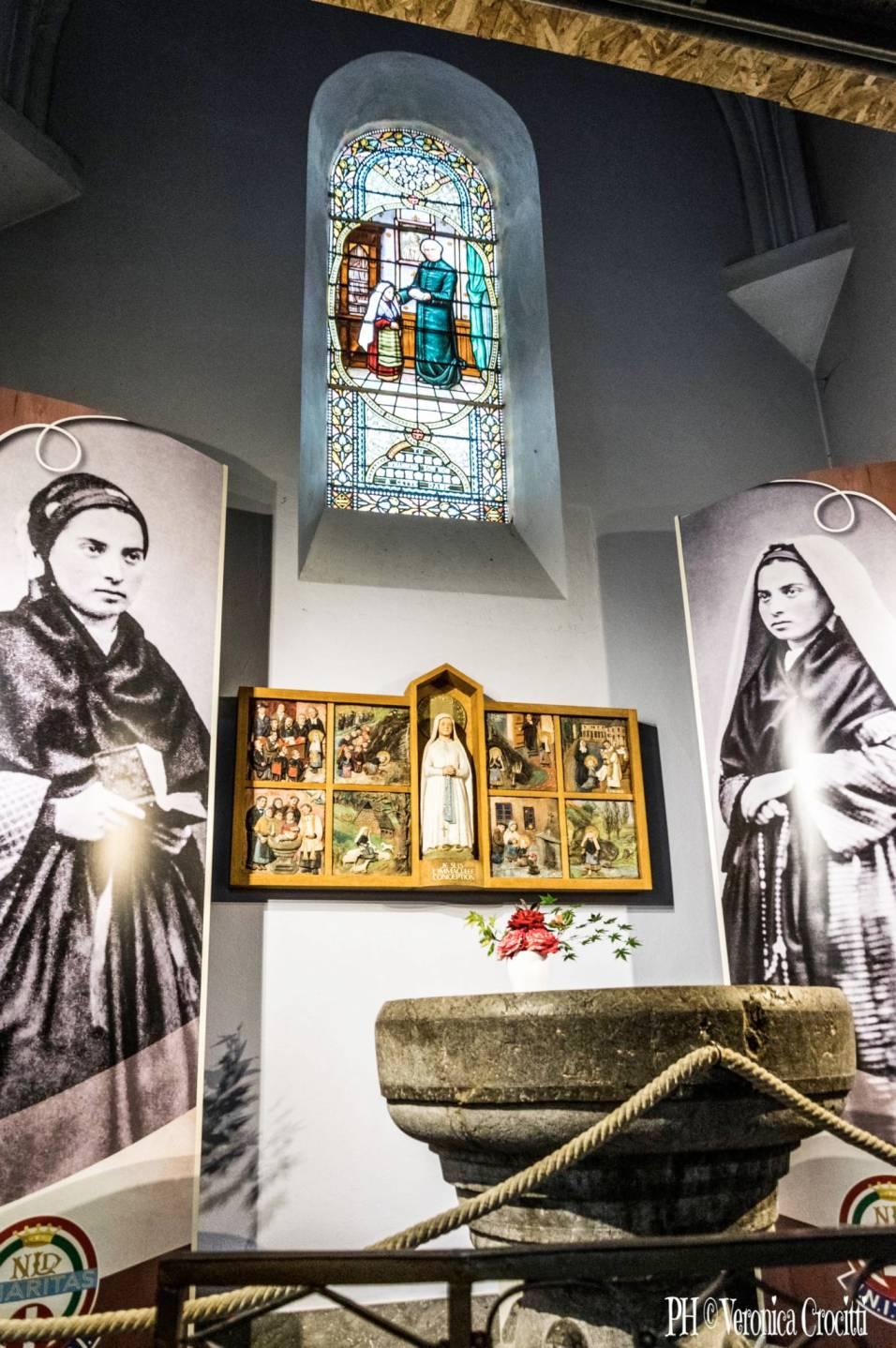 Fonte Battesimale Bernadette (Chiesa Parrocchiale del Sacro Cuore). Lourdes, Francia