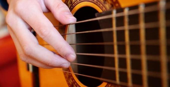 how to clean an acoustic guitar strings