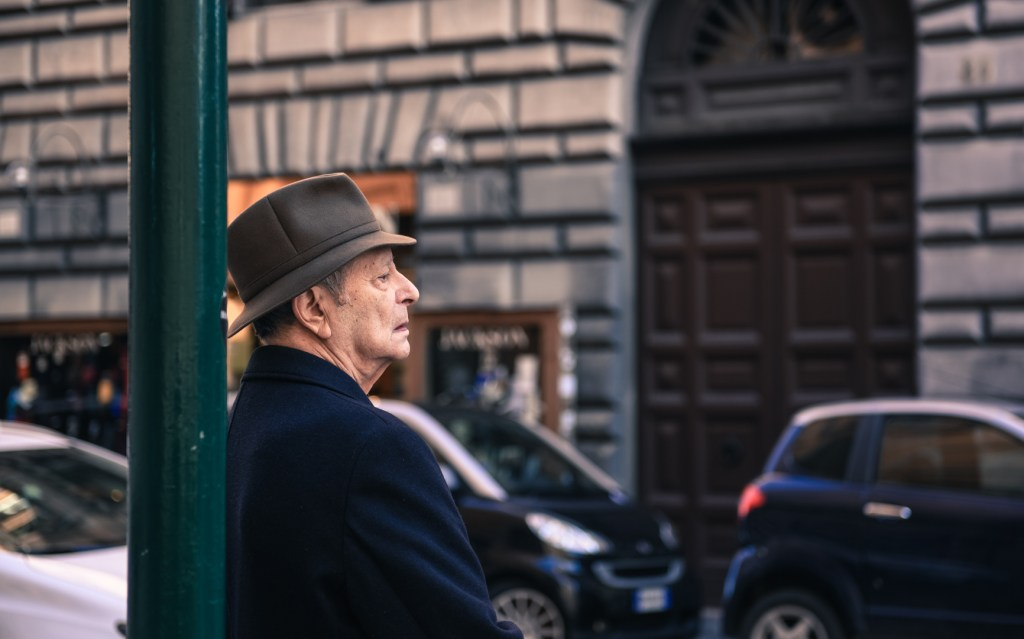 new-rome-street-photography-person-oldman