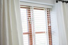 dressing living room windows with venetian blinds