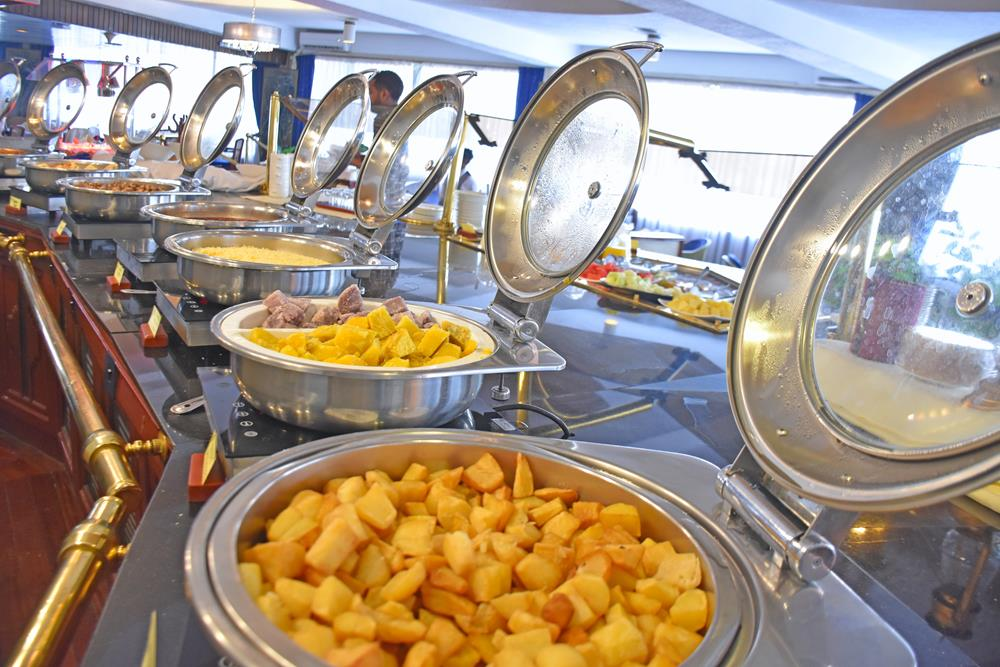 Nairobi_Safari_Club_breakfast_buffet