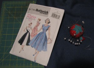 Butterick B4790 pattern, fabric and pins