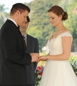 Brennan (Emily Deschanel, R) and Booth (David Boreanaz, L) are married ... finally. Co.  Cr:  Ray Mickshaw/FOX