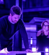 """Arrow -- """"Underneath""""-- Pictured (L-R): Stephen Amell as Oliver Queen/The Green Arrow and Emily Bett Rickards as Felicity Smoak -- Photo: Robert Falconer/The CW --"""