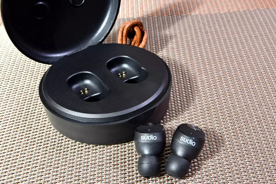 Sudio Nivå Charging Case and Earbuds.