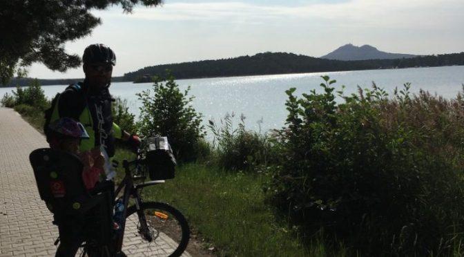 Máchovo jezero s dětmi na kolech