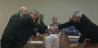 La stretta di mano tra Chiamparino e Lonati alla consegna dell'urna con le oltre diecimila firme