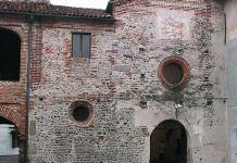 La facciata di San Pietro a Carpignano Sesia