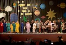 bambini dell'asilo di borgolavezzaro sul palco