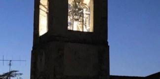 campanile parrocchiale di Stresa illuminato nella notte di Pasqua