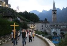 la processione mentre sale dalla chiesa parrocchiale al santuario del Boden
