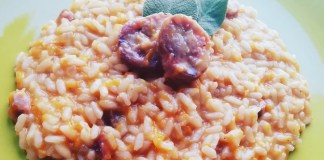 Un risotto insolito con infuso di pesca e salsiccia pasqualora