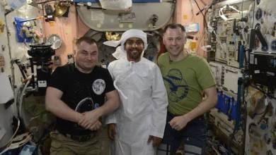 """صورة """"هزاع المنصوري"""" مرتديا الكندورة الإماراتية في محطة الفضاء الدولية"""