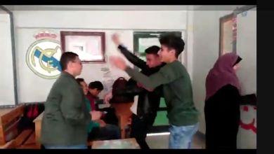 """صورة بالفيديو """"طلاب يرقصون ويغنون بينما معلمتهم تشرح الدرس"""