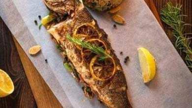 صورة بطريقة شهية حضري السمك المشوي بالفرن
