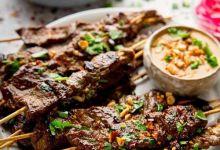 صورة ساتيه لحم بقري مشوي مع صلصة الفول السوداني الحارة