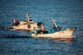 Pescatori rientrano alla fine della giornata di lavoro