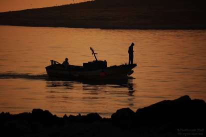 Barca da pesca al tramonto
