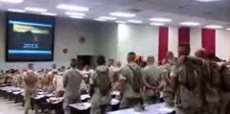"""Fuzileiros navais dos EUA cantam """"Não há Deus como Jeová"""""""