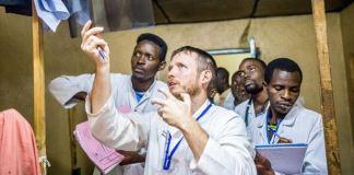 Missionário é premiado por atuação como médico no Burundi