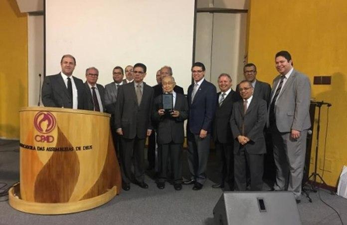 Pastor Antônio Gilberto recebe o título de `Personalidade Teológica 2017´