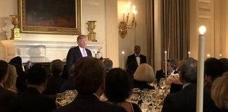 """Donald Trump pede aos americanos que usem o """"Poder da Oração"""" para acabar com a violência e proteger a liberdade religiosa"""