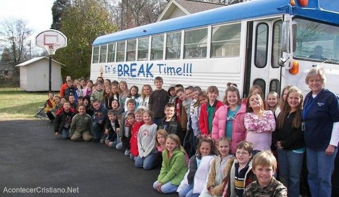 """Igreja transforma ônibus em """"sala de aula"""" e evangeliza crianças em idade escolar"""