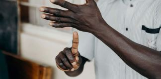 Sociedade Bíblica de Surdos apoia traduções da Bíblia em linguagem de sinais em toda a África