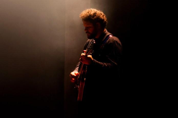 """Palavrantiga apresenta versão ao vivo de """"Vem Me Socorrer"""""""