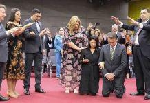 Igreja ora pelo presidente Jair Bolsonaro e sua esposa durante culto em Manaus