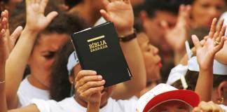 Estudo aponta que número de evangélicos deve ultrapassar católicos no Brasil